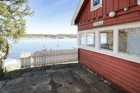 Sjøutsikten sørøstover er det ikke noe å si på, der hytta ligger på vestsiden av Sandefjordsfjorden.