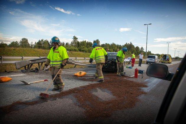 Opprydningsarbeidet er i full gang. Mesta arbeider med å rette opp autovernet før veien kan åpnes.