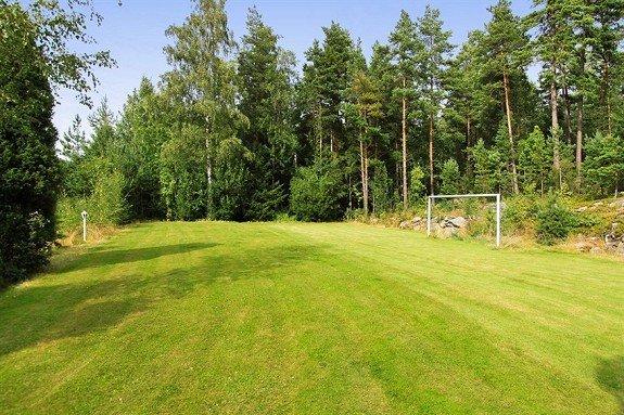 FOTBALLBANE: Hytta kommer med en liten fotballbane. (Z-EIENDOM)