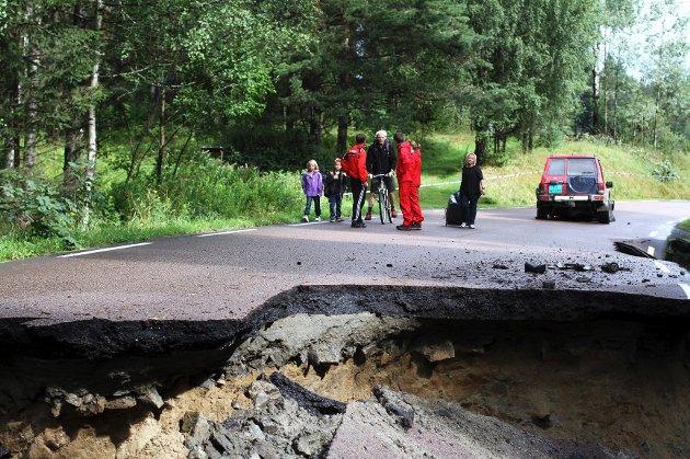 Bilen dro fremakslingen rett av etter å ha kjørt inn i kanten på andre siden av hullet i veien.