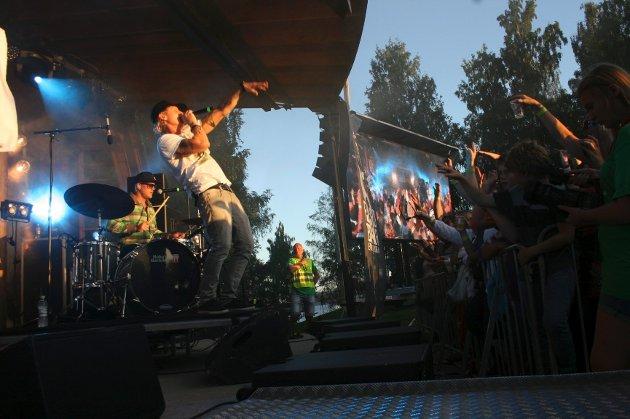 liv: Vinni var trekkplasteret på Fjordfestivalen og leverte varene. Han fikk opp stemningen og bød opp til allsang, her under hiten «God morgen Norge». Foto: Ragnhild Ask Connell