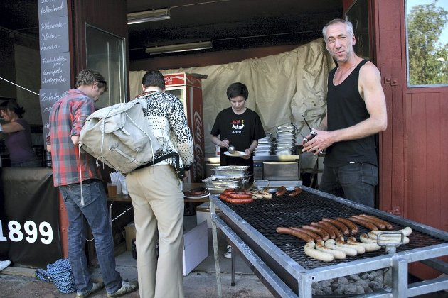 GRILLING: Dagros står for serveringen. Ånund Juul hjelper Thomas Horne med matserveringen. Horne driver Dagros.