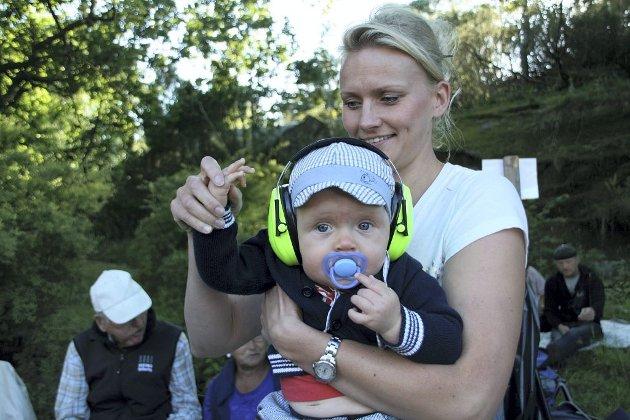 FØRSTE FESTIVAL: Oliver Svendsen (9 måneder) var ulastelig kledd og koste seg på sin første Veierlandfestival sammen med mamma Heidi Røed.