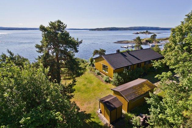 PANORAMAUTSIKT: Eiendommen på Snarøya ligger fint til, hevet over vannoverflaten og med flott utsikt. Beliggenheten er det derfor mange som ønsker seg. FOTO: PRIVATMEGLEREN THØGERSEN & PARTNERE