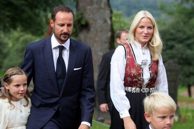 Konprinsesse Mette-Marit og Kronprins Haakon på vei inn i kirken.