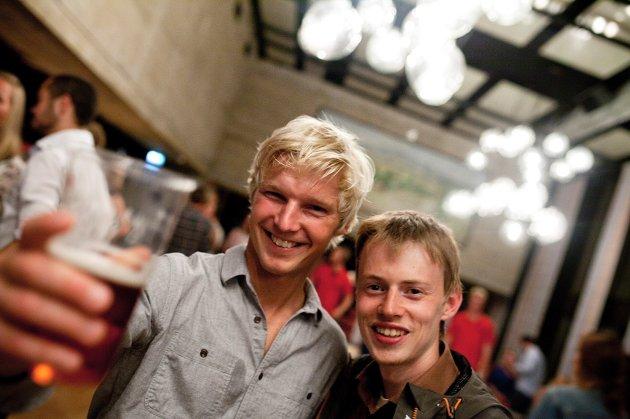 FORNØYDE STUDENTER: F.v Håvard Hansgård (32) og Martin Sauland (23). FOTO: KATARINA LOVÆR SOLVANG