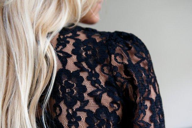 Nå skal blondene helst være dramatisk sorte. Bolero fra H&M kroner 249.