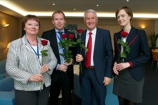 Arbeiderpartipolitikerne (f.v) Lise Christoffersen, Håkon Haugli, Thorbjørn Jagland og Anette Trettebergstuen markerte sin støtte til Barn av regnbuen-aksjonen torsdag fra samling i Strasbourg.