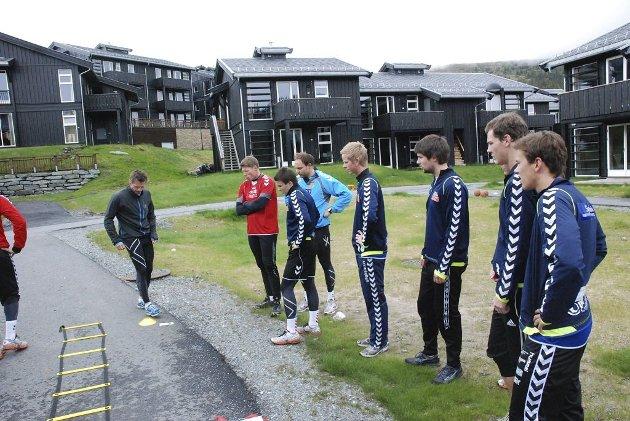 FØLGER MED: Geir Erlandsen instruerer Nøtterøy-gutta.