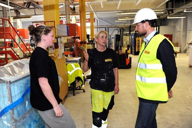 Kronprins Haakon Magnus lot seg imponere av Jotuns nye malingfabrikk i Sandefjord. Og han fikk royal maling, pluss pingviner til barna.  Kronprinsen hilste også på operatøree Siv Monica Todal og Kristine Rørholt (til venstre).