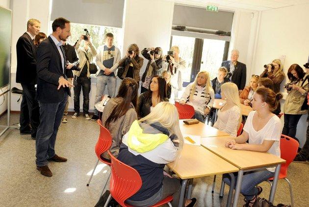 Kronprins Haakon besøkte Re videregående skole. Her innledet han samtalen i en av klassene med førsteårselever på helse- og sosialfag.