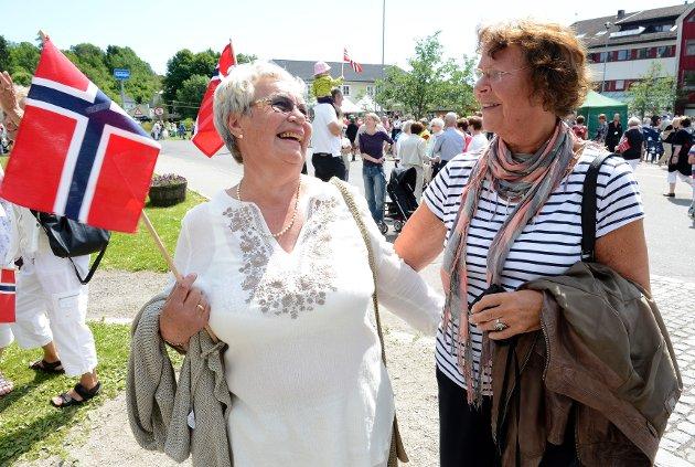 Reidun Vataker Skjelland og Inger Aakerholt syntes det var stas å se de kongelige i Andebu.