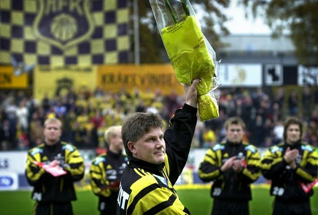 Knut Torbjørn Eggens venner arrangerer minnekamp for å hedre ham. Han døde 20. februar 2012. Her takker han publikum på Melløs i sin avskjedskamp for Moss FK.