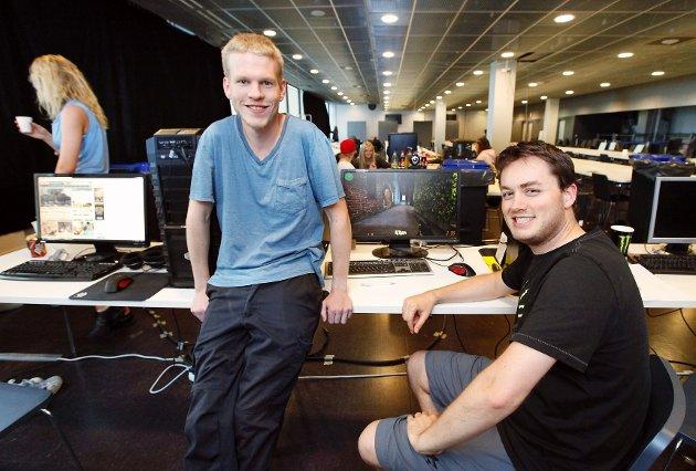 Andreas Standahl (t.v.) og Alexander Kobbevik inviterer til LAN-et «Hackmania» i tredje etasje på Telenor Arena.
