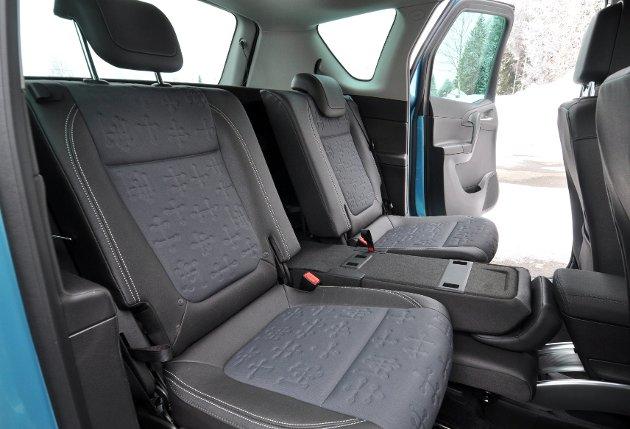 Baksete som kan skyves bak og mot hverandre slik at gjøres om fra tre til to sitteplasser.