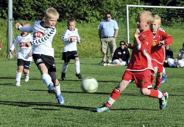Aktivitetsturnering på Eik. Eik fyrer av mot Nøtterøy, like etter ligger ballen i nettet.