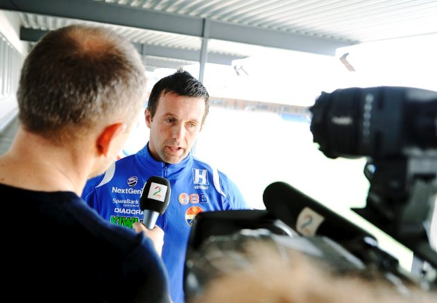 Det har vært stort presseoppbud etter at det ble kjent at SIF-kaptein Alexander Aas ble slått ned. Trener Ronny Deila uttalte seg om saken mandag.