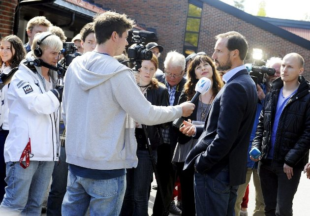 Kronprinsen måtte svare på mange spørsmål rundt Global Dignity Day og besøket på Re videregående skole.