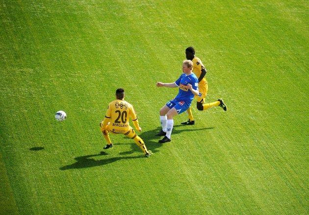 Martin Torp fra Sandefjord Fotball (SF) i duell med to spillere fra Bodø/Glimt.