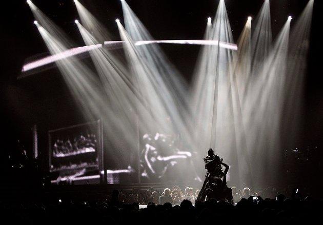 FEIRET: Madonna feiret 54-årsdagen sin 16. august ved å la konserten på Telenor Arena 15. august vare til like over midnatt slik at den også foregikk på selve bursdagen hennes. Mange strømmet til for å oppleve legenden, men det var nok likevel ikke helt fullt på arenaen. FOTO: ULF HANSEN