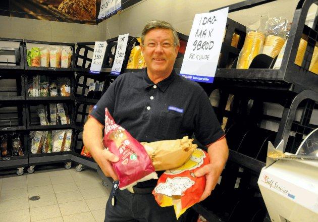 – Når vi selger tre brød til hver kunde, blir det noe til alle, framfor at noen skal fylle fryseren, sier Arne Bekk.