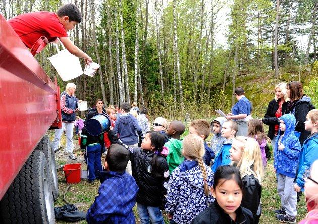 Elevene på Ormestad skole tok bøtta i egne hender for å gruslegge underlaget til ny gapahuk. 10 tonn grus bar de inn i skogen.