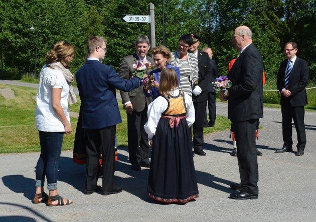 Kongen og dronningen fikk blomster av Synne Heimset og Alexander Prebensen.