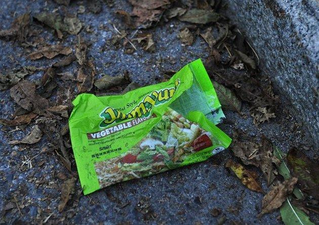 Søppelbeviset. Ikke bare blir det krangling om nudelmarkedet – det blir også mye søppel i skolegården.