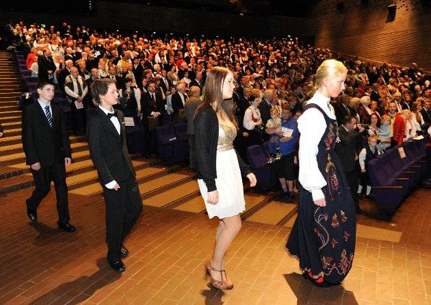 Med ny kunnskap om etikk og identitet, tok 207 ungdommer steget inn i de voksnes verden. Erlend Theimann, Kristoffer Sæle, Silje Marie Sti og Sina Schulze Skjelbred på vei opp til scenen for å konfirmeres.