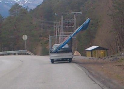 Slik frakter man en trampoline på Stord.  Bildet er tatt i vår.