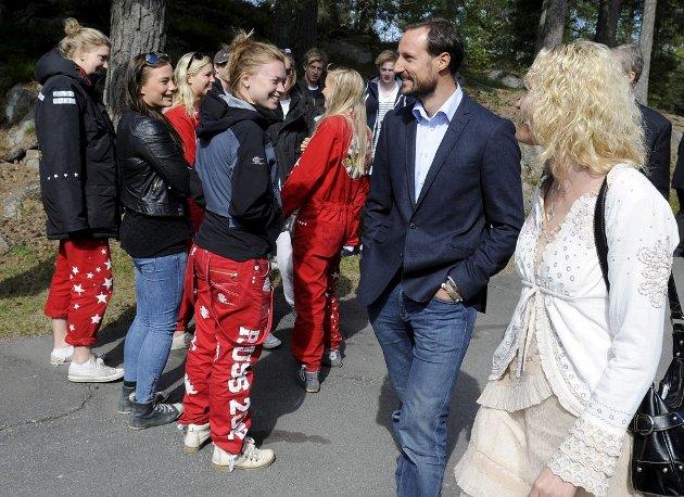 Kronprinsen brukte halve dagen sammen med elevene ved Re videregående skole.