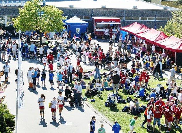 Det blir fullt av mennesker ved Kongstenhallen i pinsen under Fredrikstad Cup.