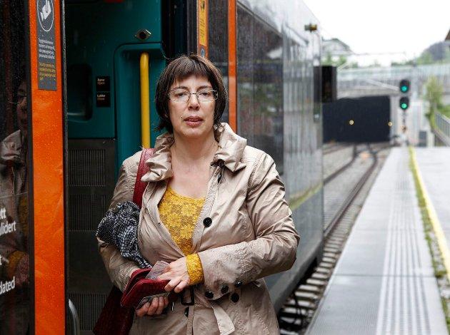 BEDRE: – Er punktligheten 90 prosent? Jeg synes det har vært så ymse, men det er jo fint om det stemmer, sier Inga Seifert fra Undelstad. Hun benytter regelmessig tog fra Asker stasjon til jobb i Oslo. FOTO: TORE GURIBY