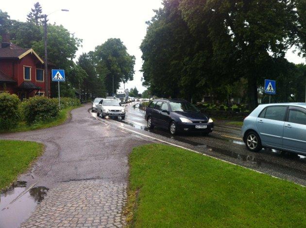 Det dannes lange køer ved ulykkesstedet på Borre.