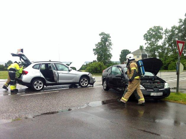 Personen som ble sendt til legevakt for sjekk, fikk kun lettere skader etter trafikkulykken. Bilene fikk materielle skader.