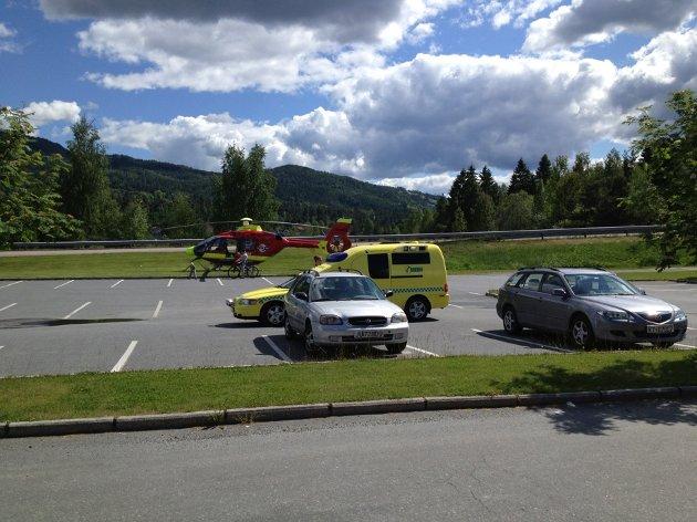 En mann i 80-årene kom i klem mellom en bil og vegg i en trafikkulykke og omkom.
