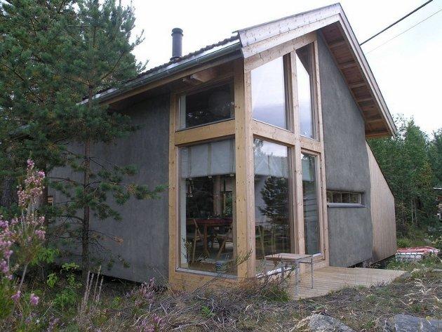 ANNEKS: Arkitekt Finn Østmos halmbygde anneks på Nesodden i Akershus. (Foto: Norsk Jord- og halmbyggerforening)