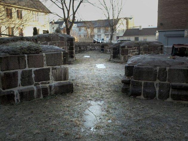 Gravene i Kirken: Inne i kirkeruinene er det markerte graver. – Fyrster ligger gravlagt her, sier Luthen. Å Gravlegges her, var synonymt med å begraves i Jerusalem.Foto: Hans Christian Moen