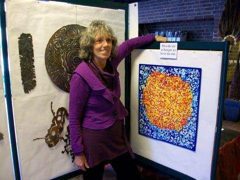 Lizz Daniel kaller seg en spontan kunstarbeider som bruker alle materialer hun kommer over.