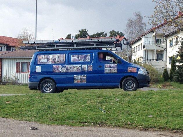 De irske takvaskerne kjører rundt i en stor kassebil.