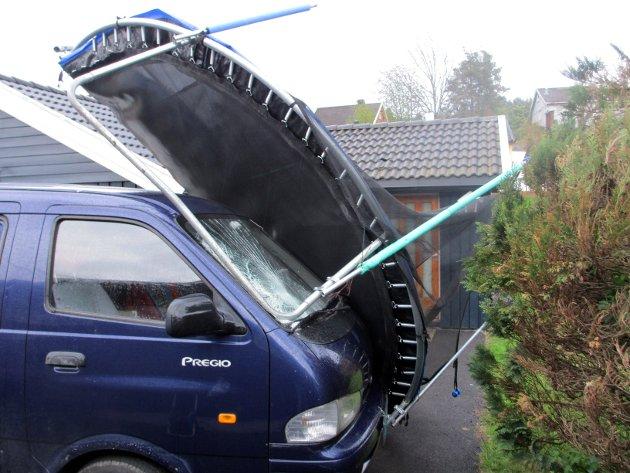 Vær nøye med å fortøye trampolinen din til underlaget. Blir den tatt av vinden, kan du bli holdt erstatningspliktig.