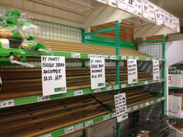 Her på Kiwi ved Lunkegården i Elverum var det tomt for brød. Men det var ventet nye leveranser utover tirsdagen.
