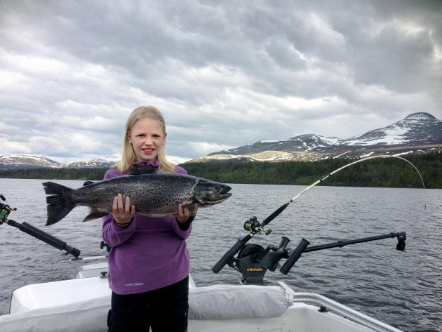Thea Senderud Kjernet (11) fra Elverum er allerede en garvet storfisker. Denne ørreten fikk hun i Engerdal.