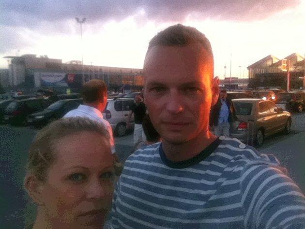 Sigrid Holmsen og Anders Edin er skuffet over informasjonen på flyplassen.
