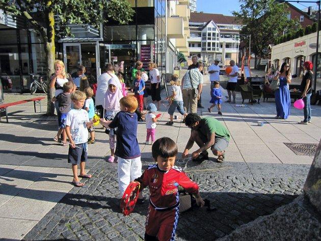 De yngste barna lekte med ballonger og såpebobler under Barnas Street Party i gågaten i Moss. Foto: Mette Eriksen.