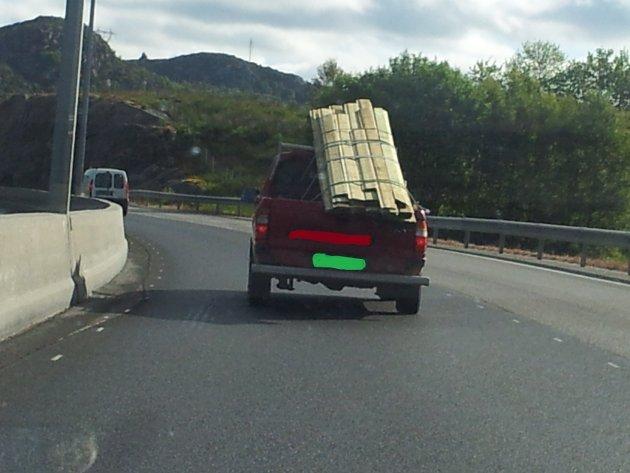 En av våre lesere tok dette bildet av en overlastet pick-up onsdag. Ikke bare er lasten dårlig sikret fra å falle av, du kan også tydelig se at bilen har for mye last på den høyre siden.