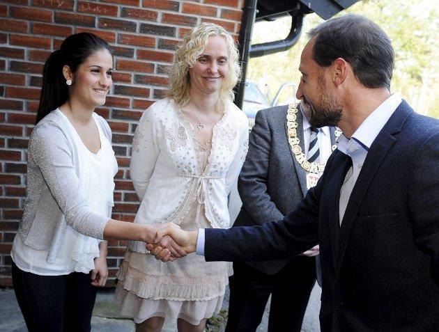 Haakon hilser på elevsrådsleder Khan G. Ismail og rektor Cecilie Bjørnøy