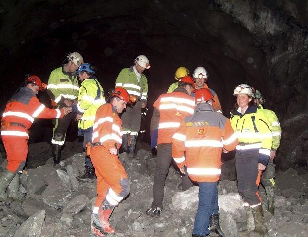 MØTE PÅ RØYSA: Tunnelarbeiderne gratulerte hverandre med gjennomslaget. Til høyre ser vi skytebas Anne Grete Lofthaug.