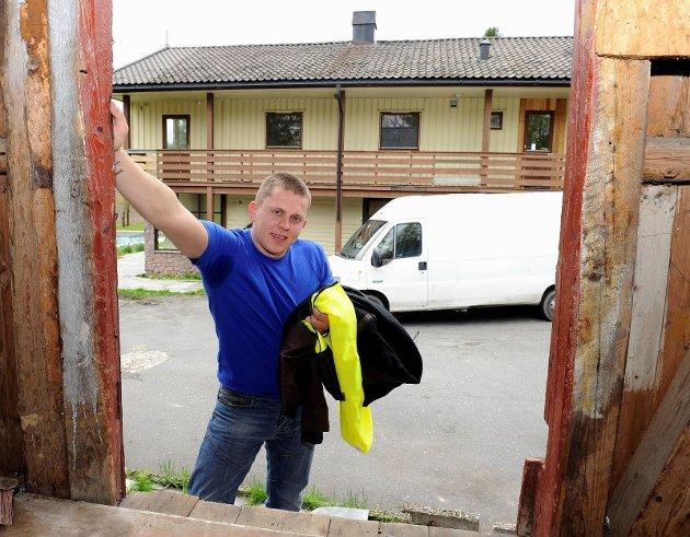 I dette uthuset i Kodal oppbevarer Viktoras Bartusis hundrevis av poser og sekker med brukte klær, før de blir transportert til Litauen.  Foto: Olaf Akselsen