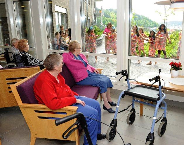I sofaen inne nøt Ruth Gabrielsen (i rødt) og Ingrid Sletta (i rosa jakke) utsikten til forestillingen som ble holdt for beboerne på Kamfjordhjemmet.